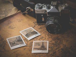 Kamera auf alter Karte mit Polaroid Fotos